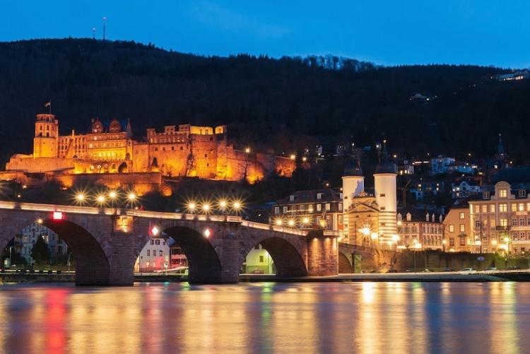 Es werde alles orange! Hier das bekannte Heidelberger Schloss. Bild: ChiemSeherin/Pixabay.com