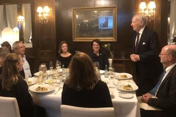 Ein festlicher Moment: Dr. Jobst Wellensiek lobte das Engagement der Preisträgerin.